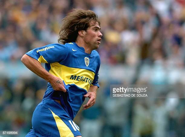 Federico Insua festeja su gol primero de Boca Juniors durante el partido ante Estudiantes de La Plata el 30 de abril en el estadio La Bombonera en...