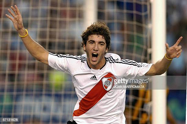 Gonzalo Higuain de River Plate festeja su primer gol ante Olimpo de Bahia Blanca durante el partido disputado en el estadio Monumental por la decima...