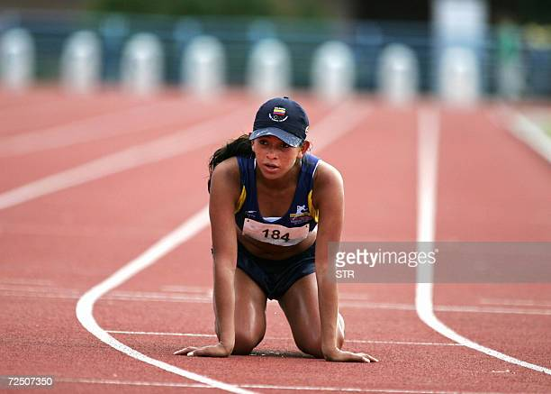 La atleta colombiana Luz Leidy Villamarin Cubillos cae al suelo tras cruzar la linea de llegada de la marcha 20km femenina el 11 de noviembre de 2006...
