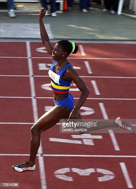 La colombiana Darlenis Obregon celebra al cruzar la linea de llegada con lo que gano la medalla de oro en los 200 metros con un tiempo de 2323...
