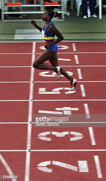 La colombiana Darlenis Obregon Mulato cruza la linea de llegada para ganar la competencia de 100m planos el 10 de noviembre de 2006 en Buenos Aires...
