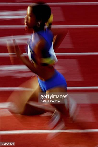 La colombiana Muriel Coneo Paredes corre para ganar la medalla de oro en la competencia de 800m planos el 10 de noviembre de 2006 en Buenos Aires...