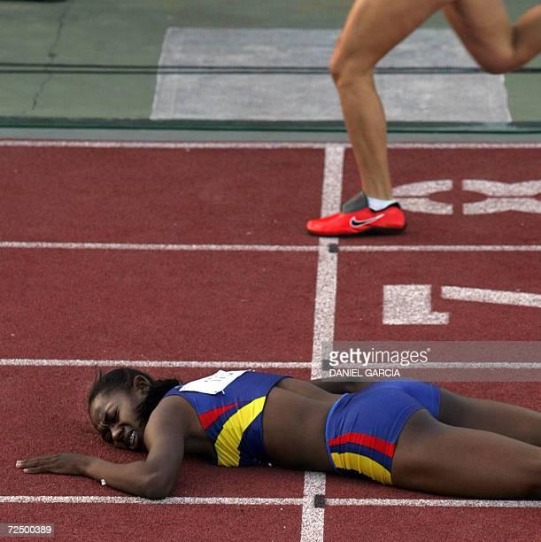 La colombiana Shirley Aragon Mena cae al cruzar la linea de llegada en la competencia de 400m en cuarta posicion el 10 de noviembre de 2006 en Buenos...