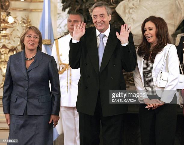 La presidenta de Chile Michele Bachelet el presidente de Argentina Nestor Kirchner y su esposa Cristina Fernandez posan antes de la firma de acuerdos...