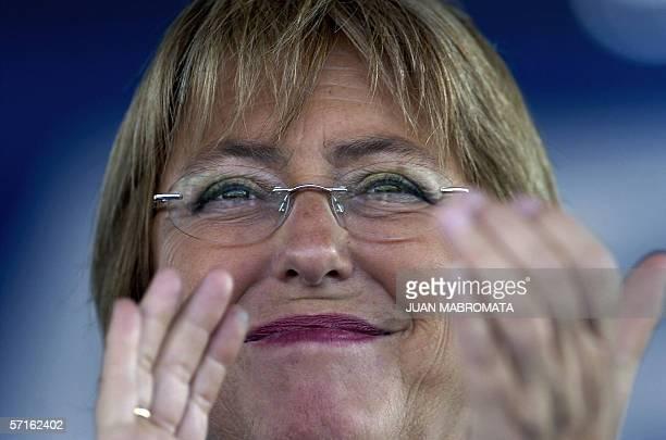 La presidenta de Chile Michele Bachelet aplaude durante el discurso del presidente argentino Nestor Kirchner durante un acto realizado tras recorrer...