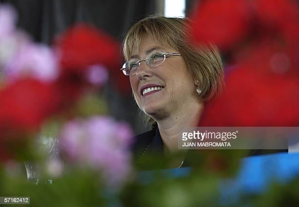 Buenos Aires, ARGENTINA: La presidenta de Chile, Michele Bachelet, escucha el discurso del presidente argentino Nestor Kirchner durante un acto...