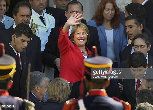 Buenos Aires, ARGENTINA: La presidenta de Chile Michelle Bachelet saluda al salir del Congreso Nacional el 22 de marzo de 2006 en Buenos Aires junto...