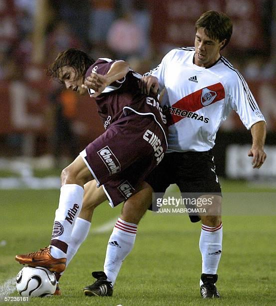 Lanus' Sebastian Leto vies for the ball with River Plate's Lucas Pusineri 02 April 2006 during their Clausura tournament match in Lanus stadium in...