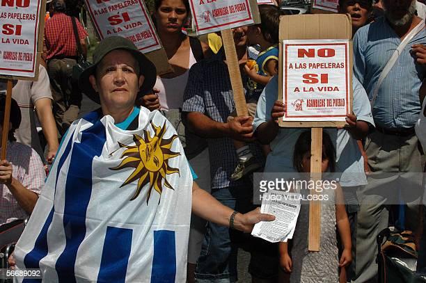 Militantes de Asambleas Populares de distintos barrios de la ciudad de Buenos Aires protestan en la puerta de la terminal de Buquebus en Buenos Aires...