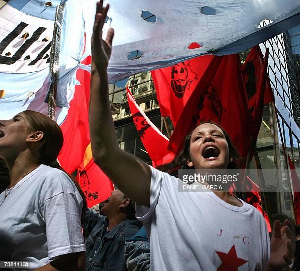 Militantes de la Juventud Guevarista cantan consignas contra la policia en el centro de Buenos Aires el 09 de abril de 2007 durante un acto para...