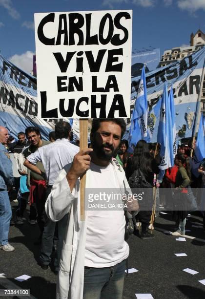 Un maestro sostiene una pancarta en el centro de Buenos Aires el 09 de abril de 2007 durante un acto en repudio al asesinato del maestro Carlos...