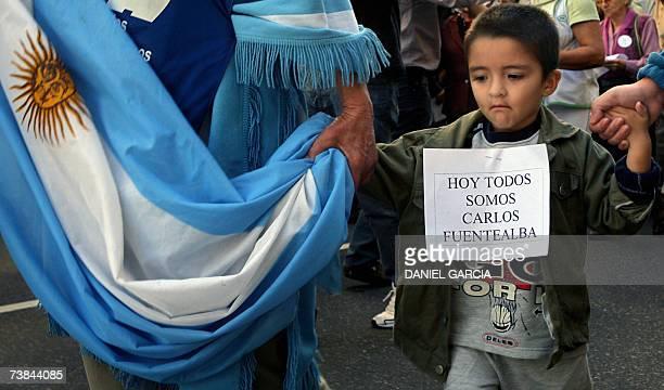 Una familia avanza junto a miles de trabajadores por una avenida del centro de Buenos Aires el 09 de abril de 2007 para repudiar el crimen del...