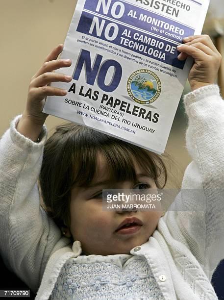 Buenos Aires, ARGENTINA: Victoria Fritzer una nina de Gualeguaychu participa con su familia en una demostracion frente a la embajada de Finlandia en...