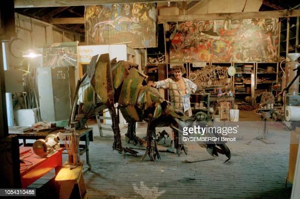 Buenos Aires Argentine mai 1997 Le peintre et sculpteur argentin Carlos REGAZZONI dans son atelier dans des hangars ferroviaires désaffectés Posant...