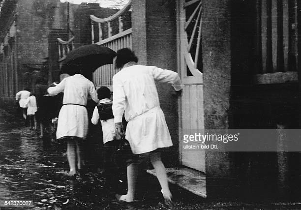 Buenos Aires im Regen Mädchen auf dem Weg zur Schule bei Regen