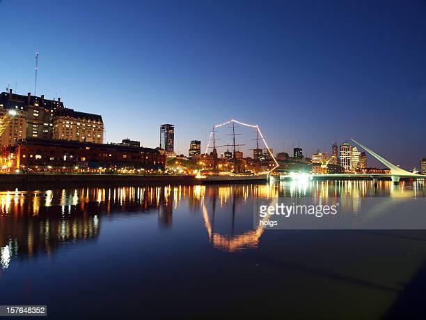 Horizonte de Buenos Aires en Puerto Madero de noche