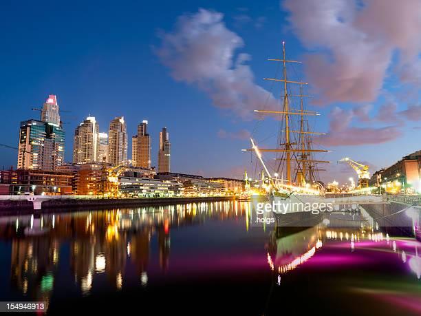 horizonte de buenos aires en puerto madero de noche - buenos aires fotografías e imágenes de stock