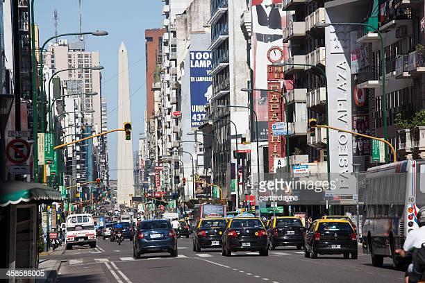 buenos aires street con el obelisco - obelisco de buenos aires fotografías e imágenes de stock