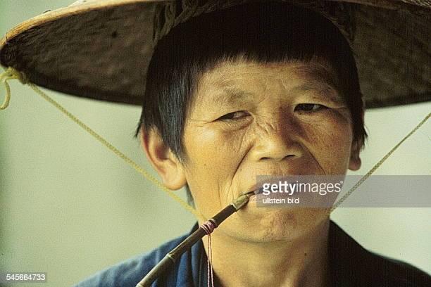 Bäuerin mit Pfeife in Xinping am LiFluß 1995