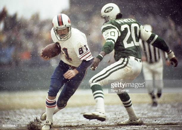 Buffalo Bills wide receiver Bob Chandler catches a pass with New York Jets cornerback Delles Howell providing coverage during a 3414 Bills victory on...