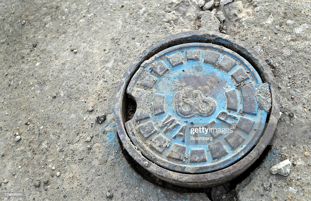 https://media.gettyimages.com/photos/buffalo-box-water-shutoff-valve-cover-sits-in-a-cracked-sidewalk-near-picture-id129636081