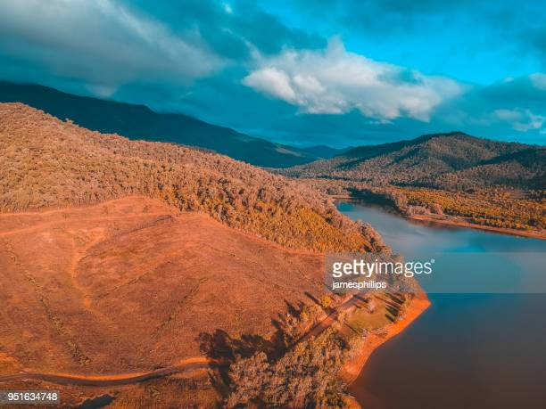 buffalo river and mountains, victoria, australia - great dividing range stock-fotos und bilder