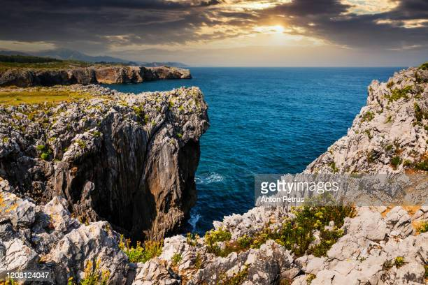 bufones de pria, rocky shore of the atlantic ocean. asturias coast, north spain - principado de asturias fotografías e imágenes de stock