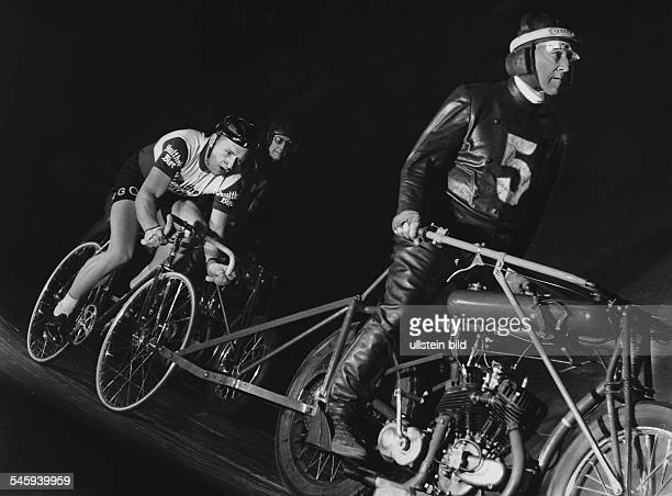 Bugdahl Klaus *Radrennfahrer D Steherrennen Grosser Preis von Deutschland Bugdahl hinter der Rolle des Motorrads Maerz 1964