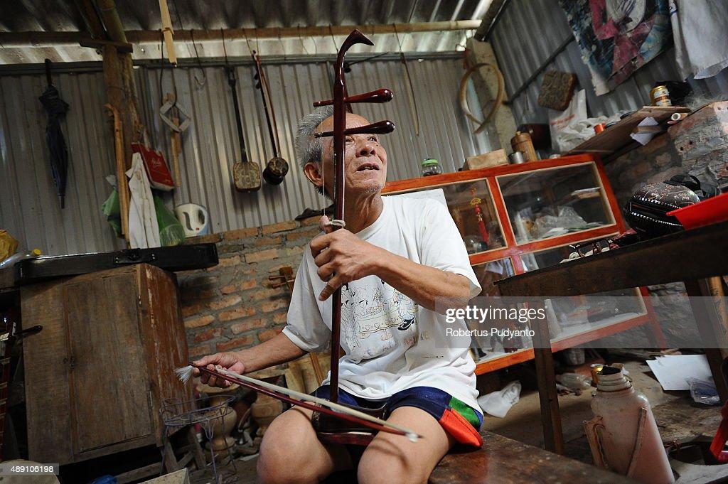 Bui Van Vuoc plays a dan nhi instrument at his workshop in Vinh Bao on September 19 2015 in Hai Phong Vietnam 81yearsold Bui Van Vuoc of Bao Ha Dong...
