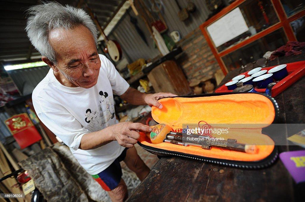 Bui Van Vuoc shows a sao bau instrument at his workshop in Vinh Bao on September 19 2015 in Hai Phong Vietnam 81yearsold Bui Van Vuoc of Bao Ha Dong...