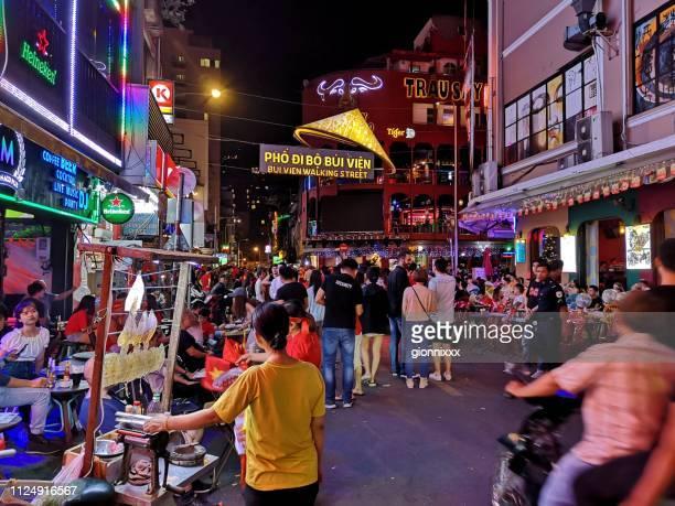 bui vien straat wandelen door de nacht in ho chi minh city, vietnam - ho chi minhstad stockfoto's en -beelden