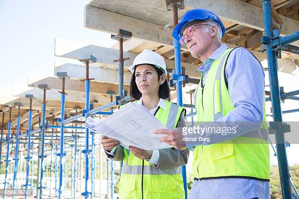 builder and architect  on building site - leanintogether stock pictures, royalty-free photos & images