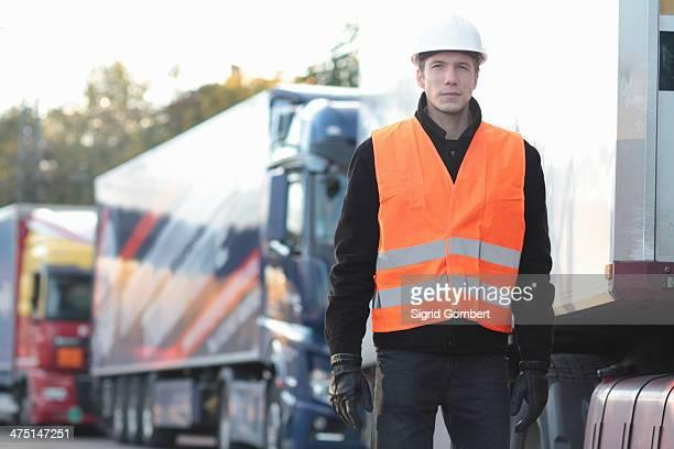 builder standing in front of truck - sigrid gombert stockfoto's en -beelden