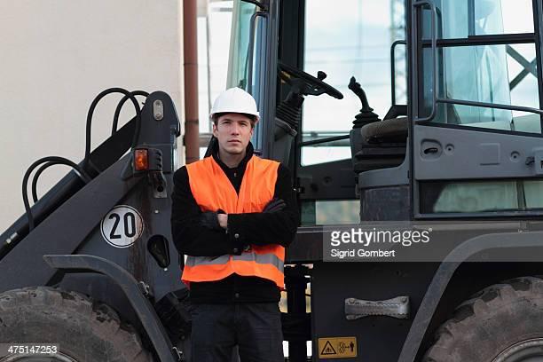 builder standing in front of truck - sigrid gombert fotografías e imágenes de stock