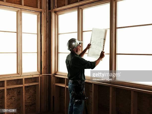 Builder mit Werkzeuge vor Fenster