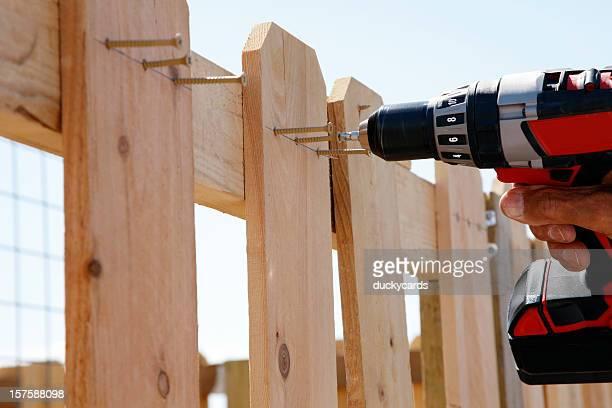 La construcción de una valla serie utilizando de taladro eléctrico