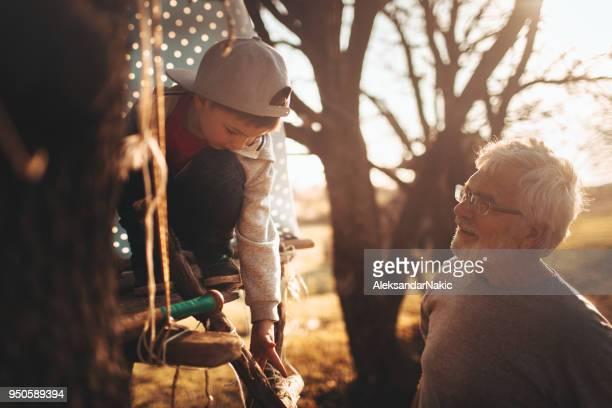 Bauen ein Baumhaus mit meinem Großvater