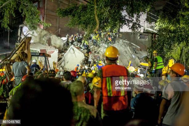 a building collapsed in mexico city earthquake - trabajador de rescate fotografías e imágenes de stock
