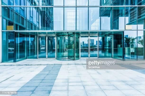 building entrance,glass wall - 建物入口 ストックフォトと画像