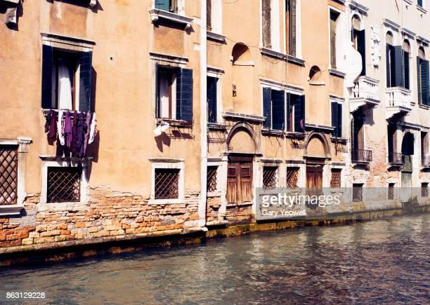 building facades along venice canal - yeowell foto e immagini stock