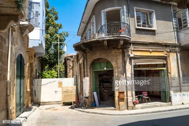 building in cypriot nicosia, cyprus - insel zypern stock-fotos und bilder