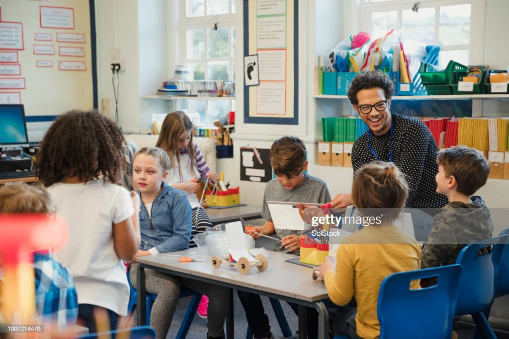 Gebäude in der Grundschule Klasse mit ihrem Lehrer : Stock-Foto