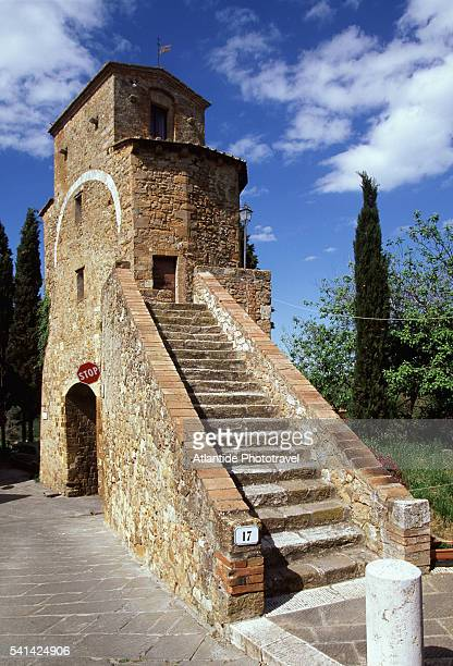building in san quirico d'oricia - san quirico d'orcia stock pictures, royalty-free photos & images