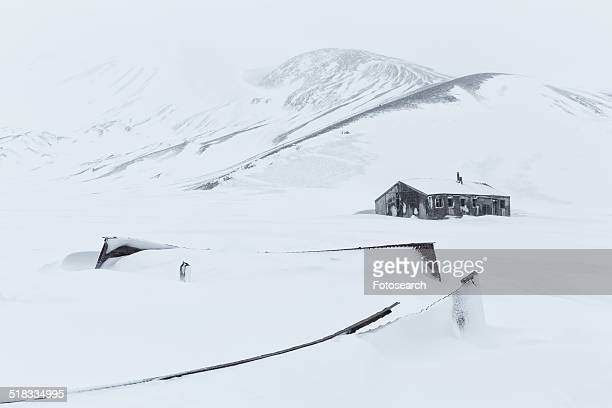 building in the snow - houses in antarctica stock pictures, royalty-free photos & images