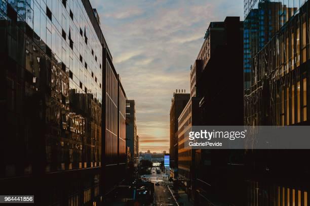 building manhattan new york - ponto de fuga imagens e fotografias de stock
