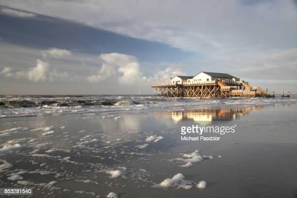 building on stilts in the wadden sea - sankt peter ording stock-fotos und bilder