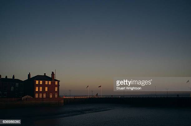building overlooking the river humber. - kingston upon hull stock pictures, royalty-free photos & images