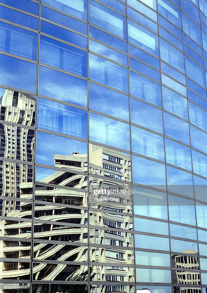 Building reflected in window panes : Stockfoto