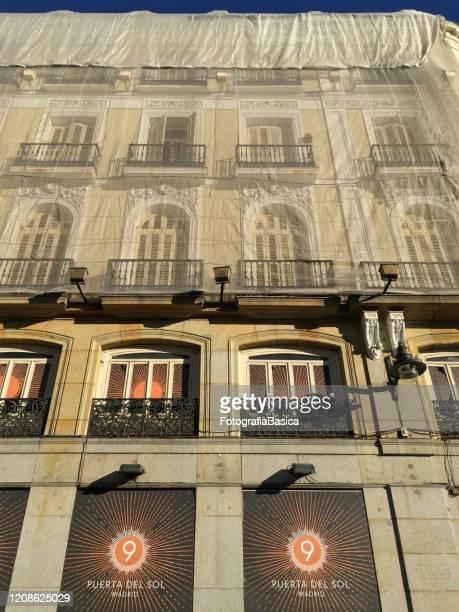 edificio en proceso de renovación en madrid, españa - puerta del sol fotografías e imágenes de stock