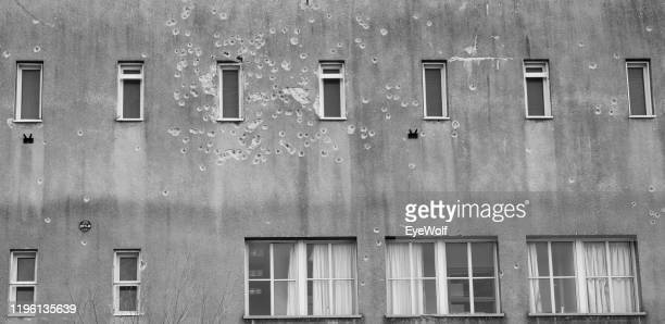 a building with bullet holes along the gaza strip in israel - イスラエルパレスチナ問題 ストックフォトと画像
